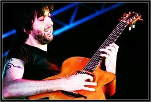 Jon Gomm torna a Cuneo!Riconosciuto come uno dei maggiori talenti e dei chitarristi più innovativi della scena mondiale! ospite allo Spaccio Sabato 7 Maggio…preconcerto al Qì
